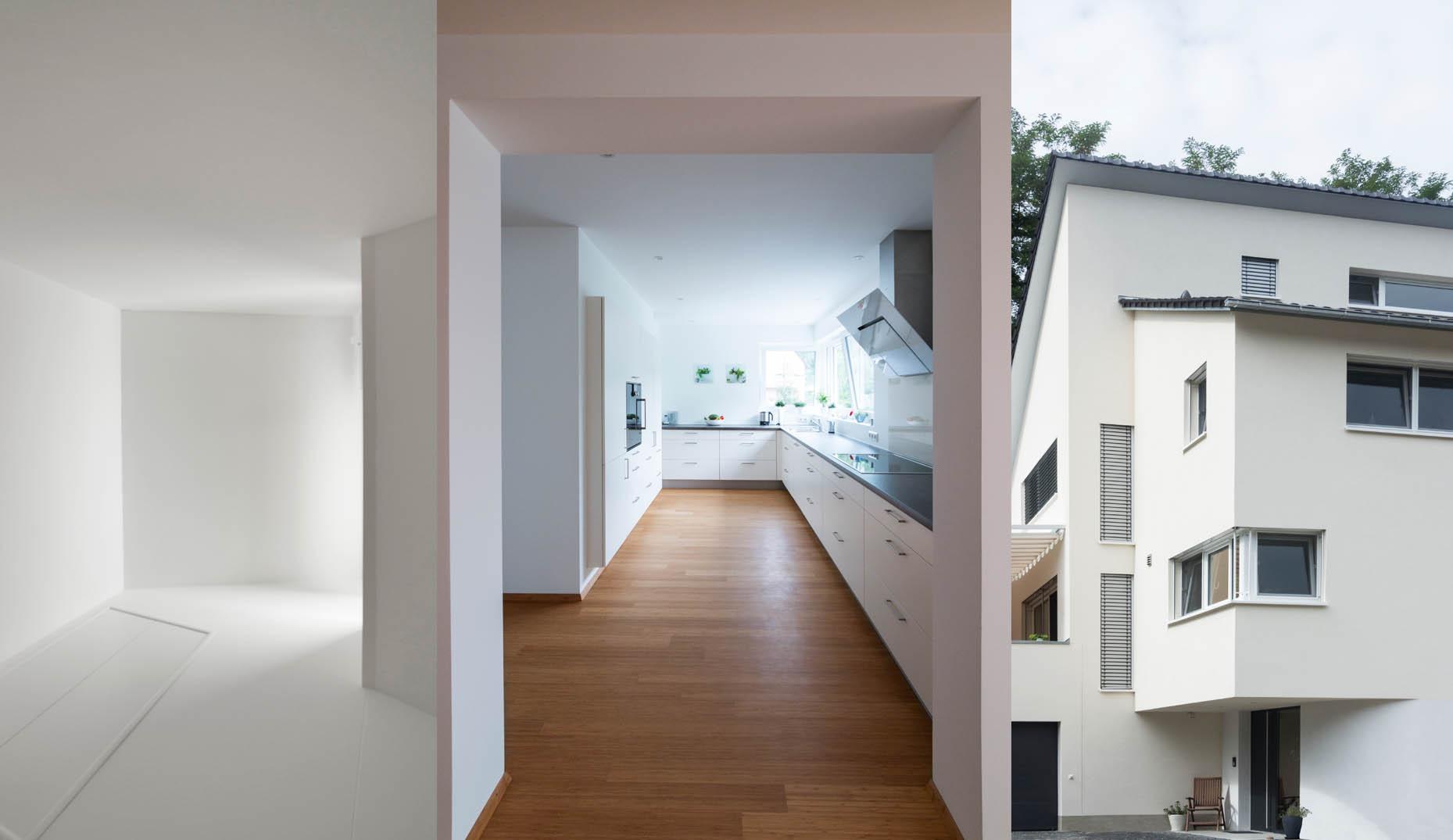 Eine moderne weiße Küche in einem Haus