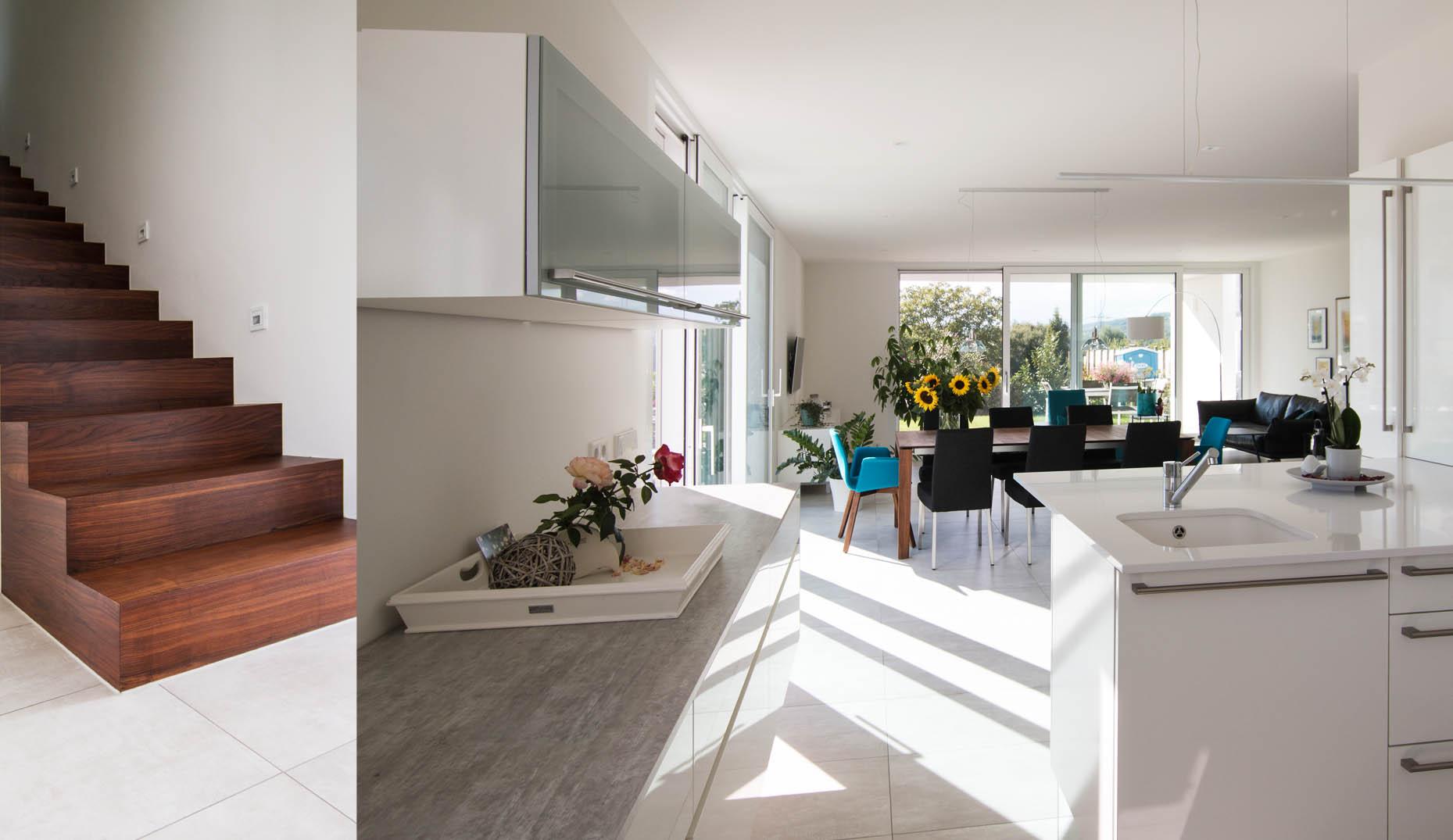 Eine Küche die einen offenen Zugang zum Wohnzimmer besitzt