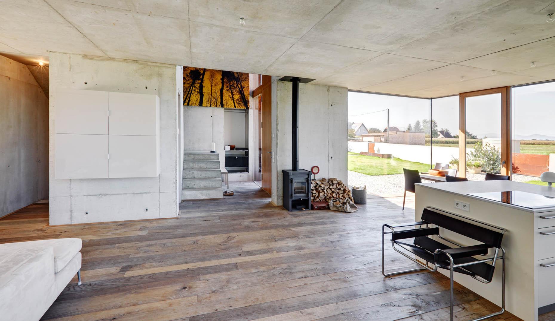 Ein Zimmer mit einem braunen Echtholzboden