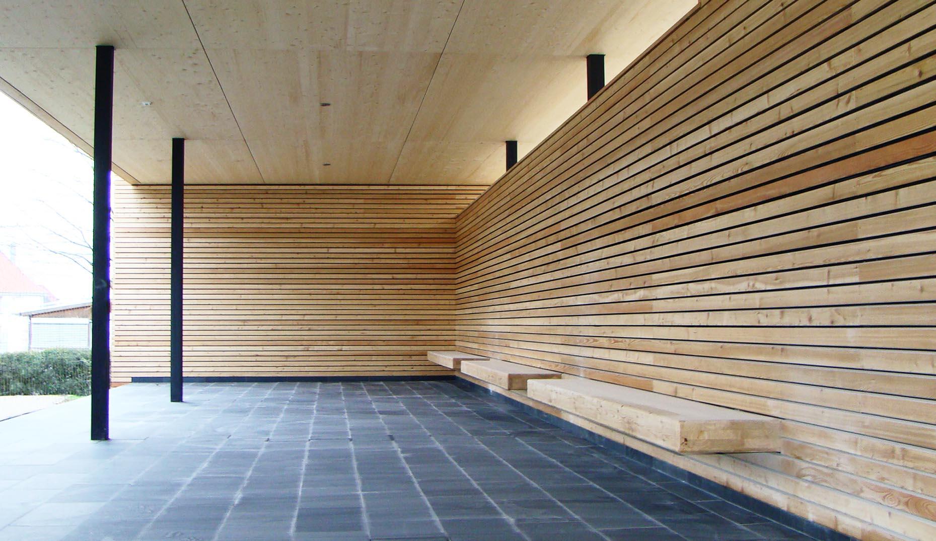Ein sanierter Pausenbereich mit einer neuen Verkleidung aus Holz für eine Schule in Baden-Württemberg