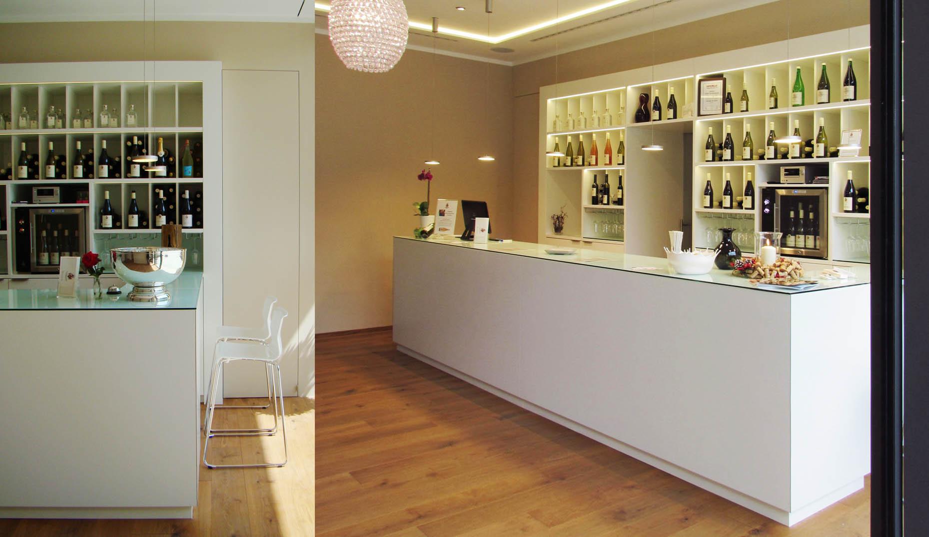 Die neue Theke im inneren eines Weingeschäfts in Oberrotweil