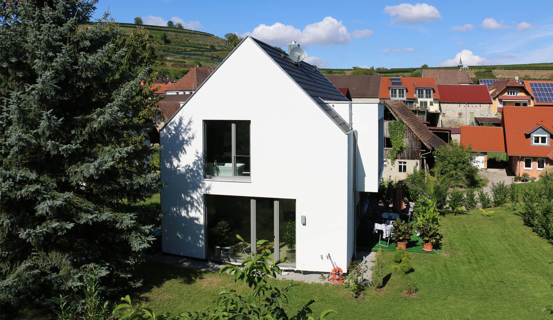 Ein modernes weißes Haus mit einem großen Garten in Freiburg