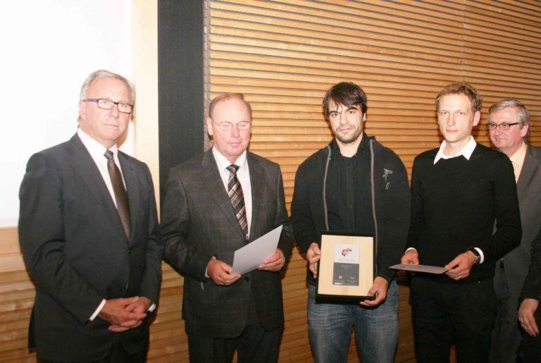 Tobias Sennrich und Mike Schneider bei der Preisverleihung des Architekturwettbewerbs