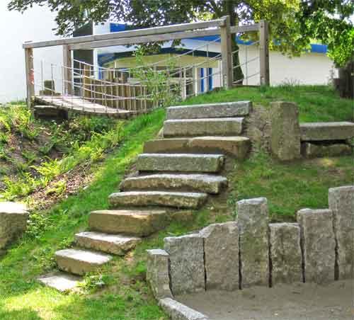 Eine Hängebrücke für einen Spielplatz von Sennrich und Schneider