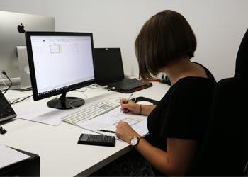 Eine Studentin an einem Schreibtisch