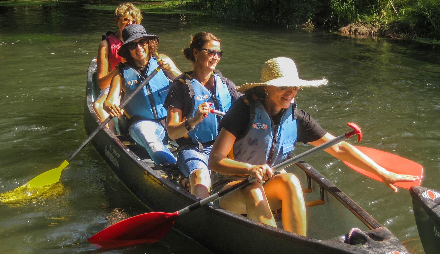 4 Personen beim Kanu fahren in Freiburg